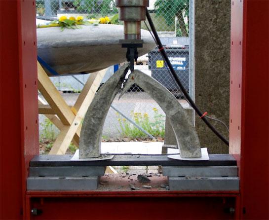 Tragfähigkeitstest mit der Druckprüfmaschine