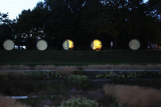 Lichtspiel in der Dämmerung: Das Beton-Hotel am Abend