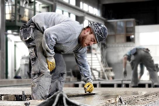"""Stefanie Wachsmuths Projekt """"Beton(t) anders"""" zeigt Menschen, die täglich mit Beton arbeiten: Präzise Halbporträts in Arbeitssituationen auf der Baustelle (siehe auch Bild ganz oben)."""