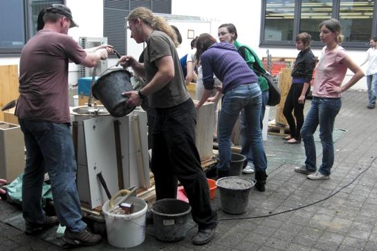 Architekturstudenten der HTWK Leipzig giessen ihre Leichtbeton-Skulpturen.