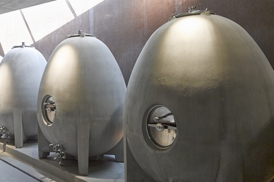 Betonfässer im Weingut am Stein