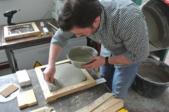 Cedric Cieplinski beim Betonieren seiner Kachel