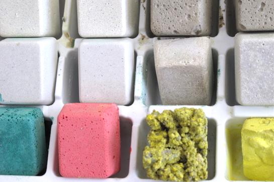 Versuchsreihe mit unterschiedlichen Betonarten, Trennmitteln, Wasserzugaben und Pigmenten (Foto: Anja Skowronski)