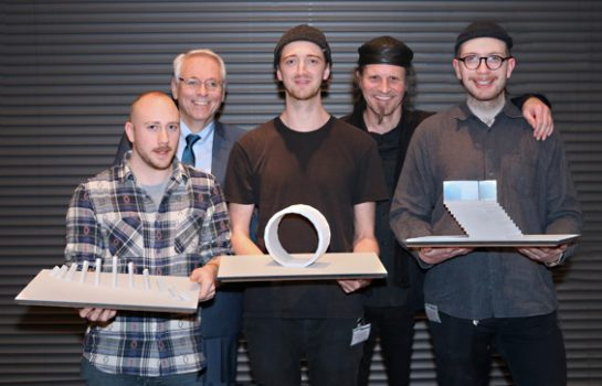 Die Gewinner des Autobahn-Kunst-Wettbewerbs mit BASt-Präsident Stefan Strick und Prof. Thomas Klegin (Bild: Guido Rosemann, BASt)