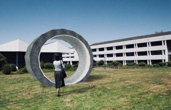 Der Siegerentwurf des Autobahn-Kunst-Wettbewerb vor dem Gebäude der BASt (Fotomontage: Lukas Süß)